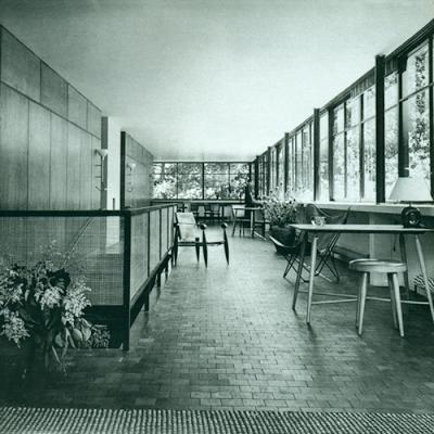 Foto Postal Casa sobre el Arroyo, obra del Arq. Amancio Williams. Sala de estar, ventanales. Enviada por Enrique Mario Palacio.